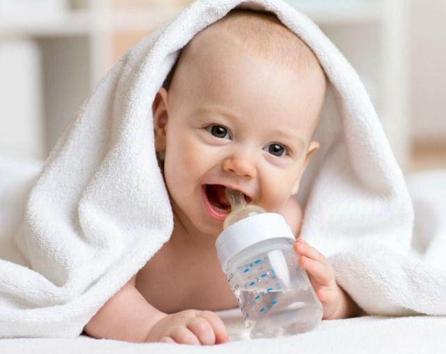 idealnya-bayi-minum-air-putih.jpg